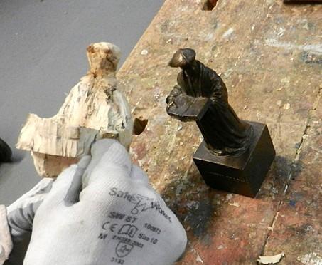 Erasmus uit hout.