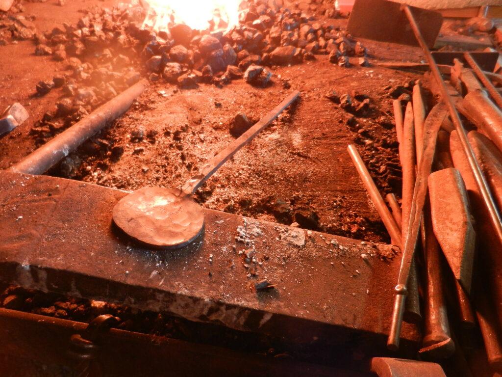 Het smidsvuur met een lepel die ik aan het maken ben.